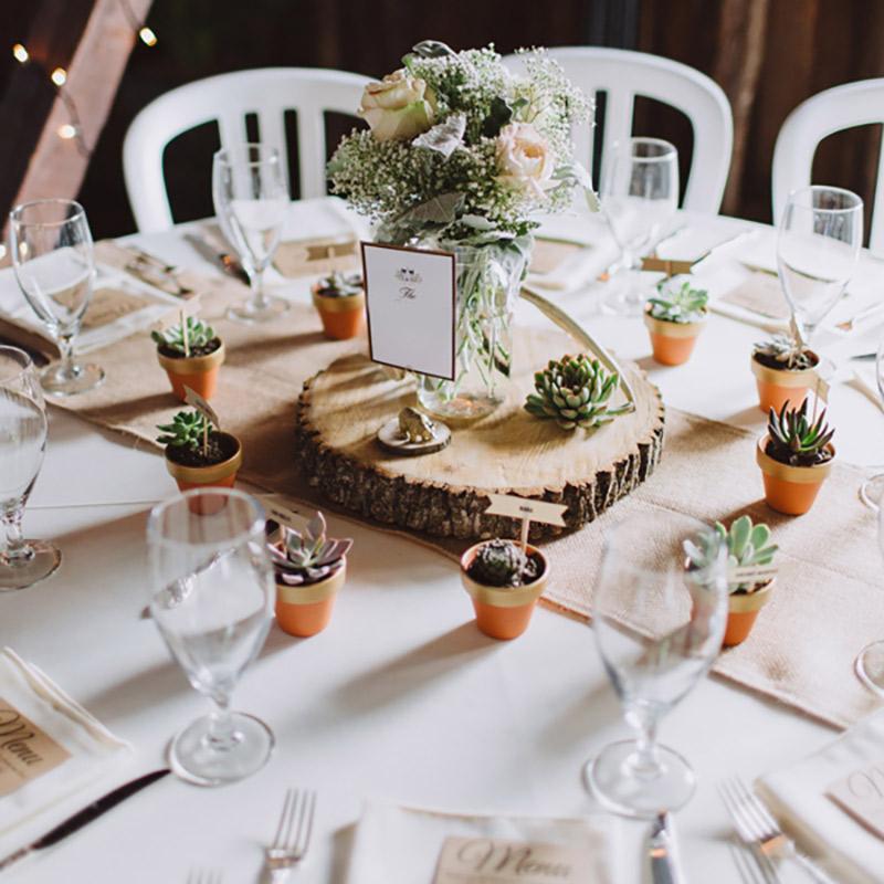 Lembrancinha de casamento para convidados inserido na decoração da mesa