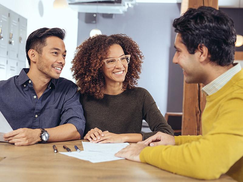 Organização financeira casal conversando com um coach