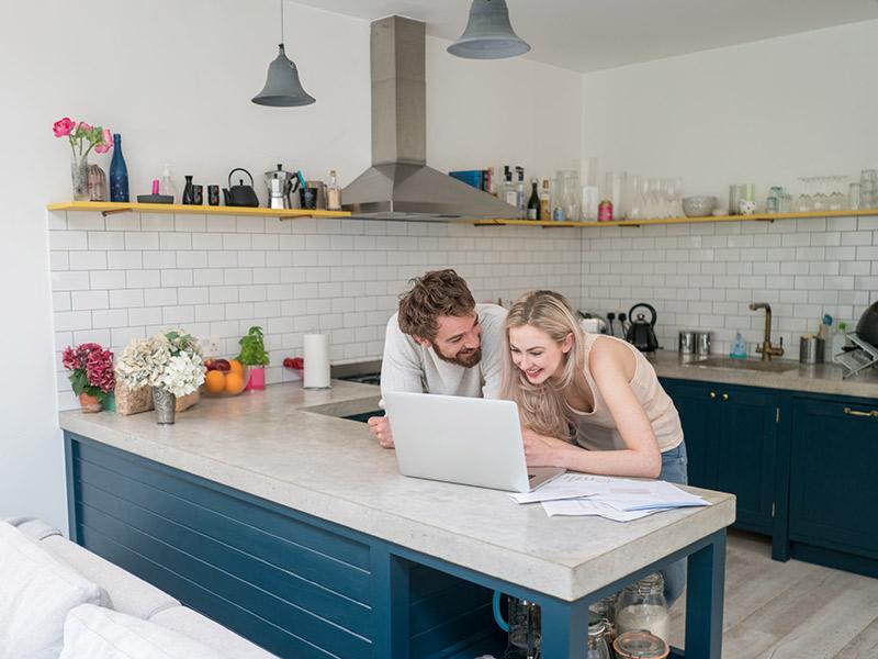 Organização financeira casal vendo planilha financeira