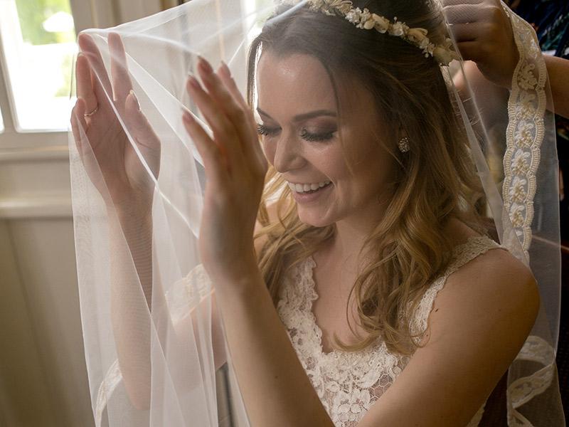 Casamento ao ar livre noiva colocando o véu