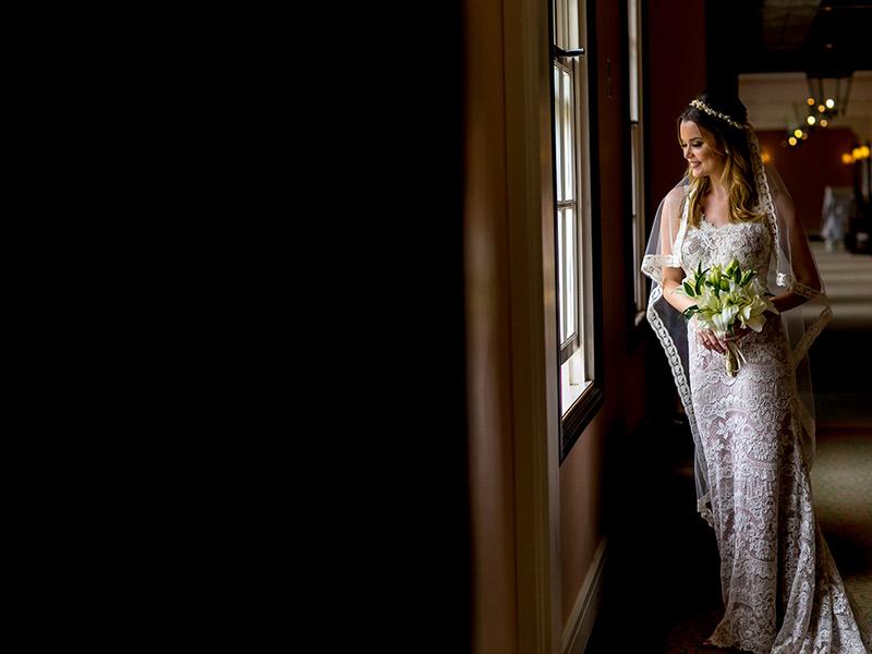 Casamento ao ar livre noiva com vestido de noiva e véu com renda e transparência