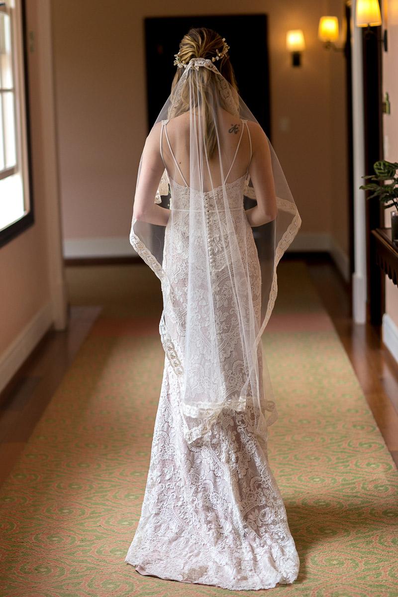 Casamento ao ar livre noiva de costas vestido de renda