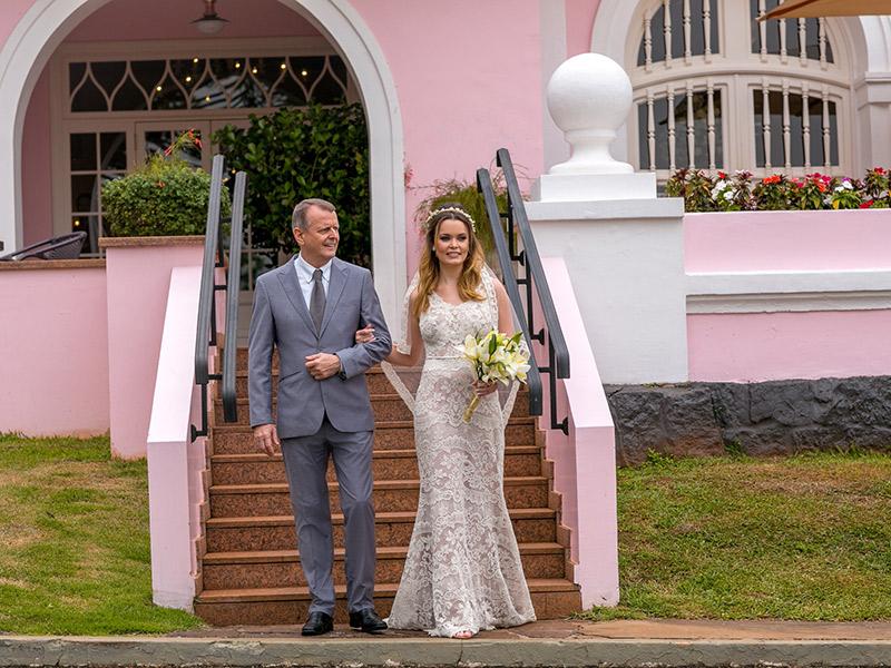 Casamento ao ar livre noiva entrando na cerimônia com o pai