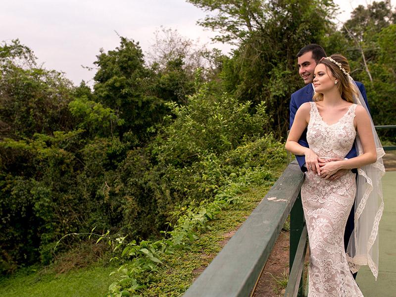 Casamento ao ar livre noivos admirando as cataratas