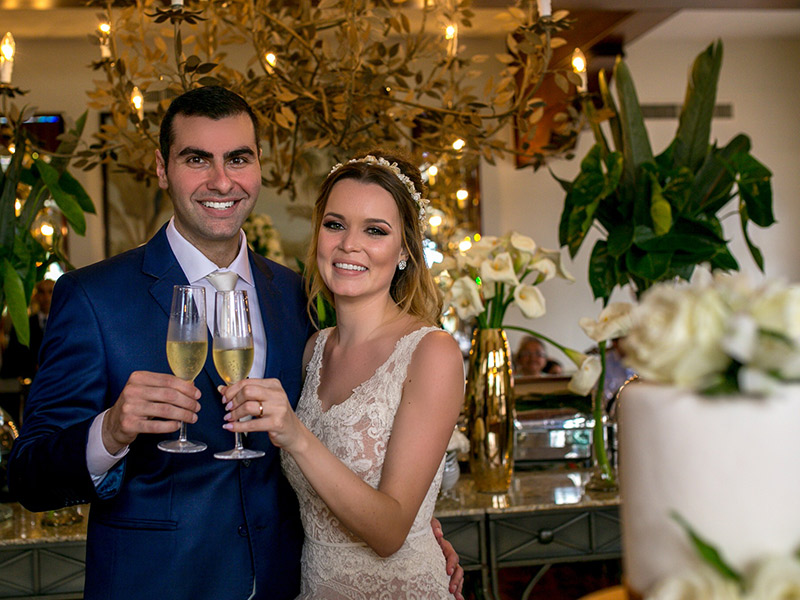 Casamento ao ar livre noivos brindando