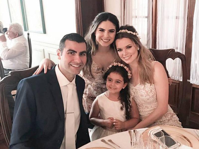 Casamento ao ar livre noivos com madrinha e daminha