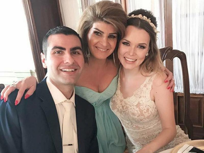 Casamento ao ar livre noivos com mãe