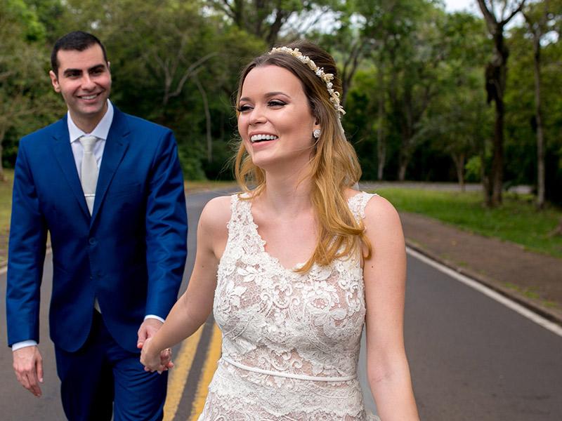 Casamento ao ar livre noivos de mãos dadas
