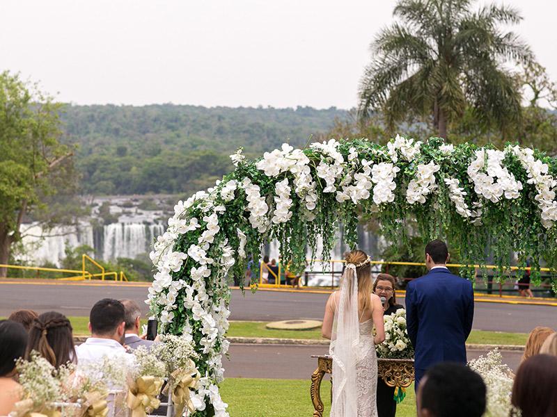 Casamento ao ar livre noivos no altar durante cerimônia