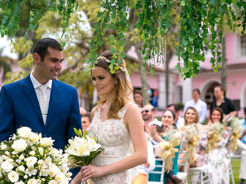 Casamento ao ar livre noivos no altar