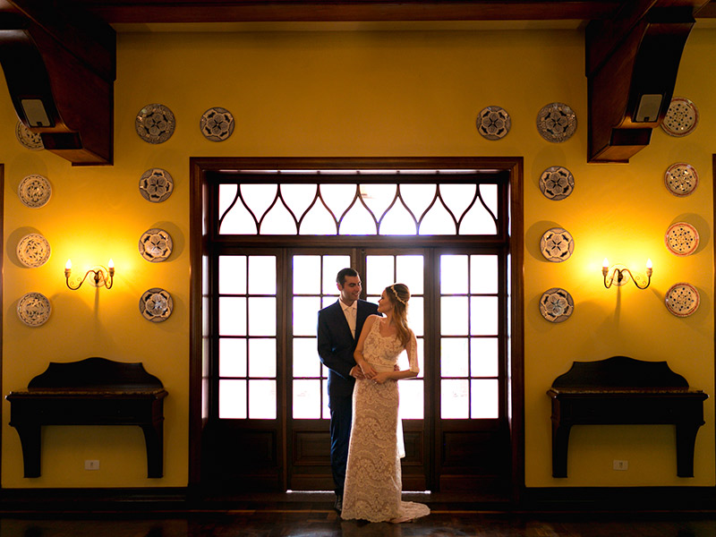 Casamento ao ar livre noivos olhando um para outro para foto