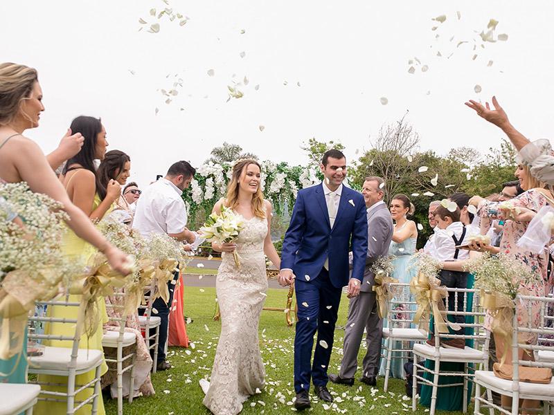 Casamento ao ar livre noivos saindo da cerimônia