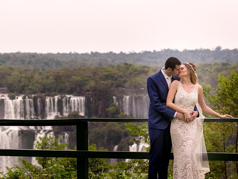 Casamento ao ar livre noivos se beijando com as cataratas ao fundo
