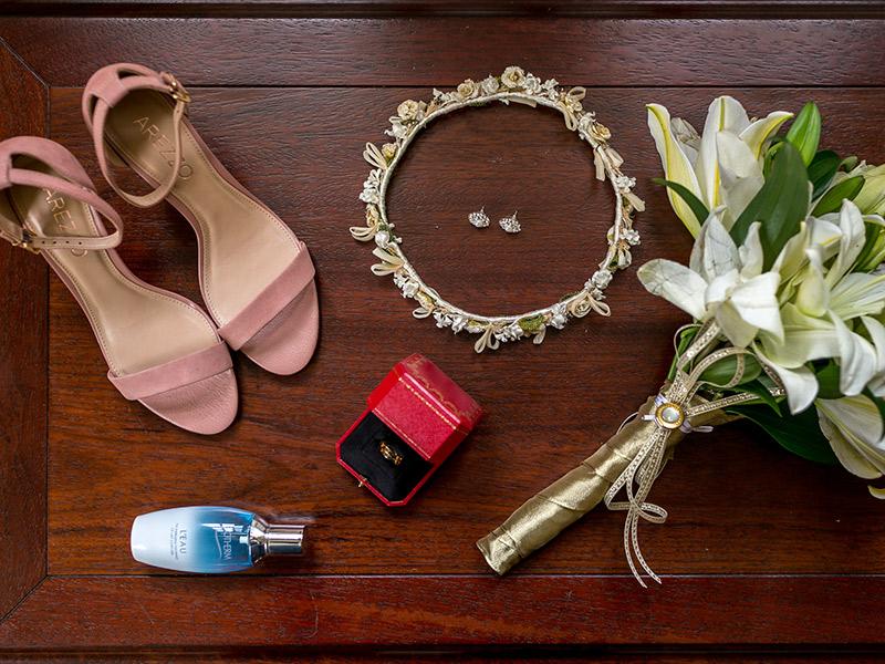 Casamento ao ar livre sapato joias e buquê da noiva