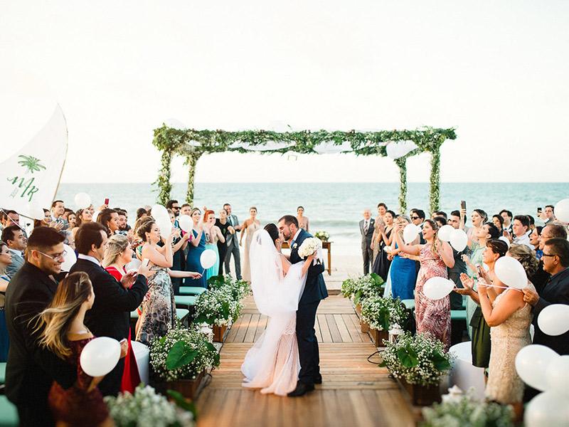 Casamento em Trancoso casal se beijando no final da cerimônia