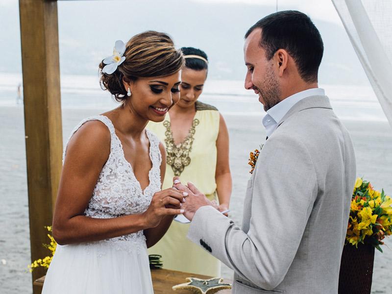 Casamento real Bruna e Filipe casal colocando as alianças