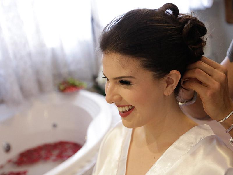 Casamento real Bruna e Thiago noiva arrumando cabelo