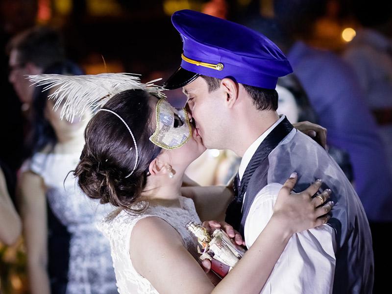 Casamento real Bruna e Thiago noivos se beijando na festa