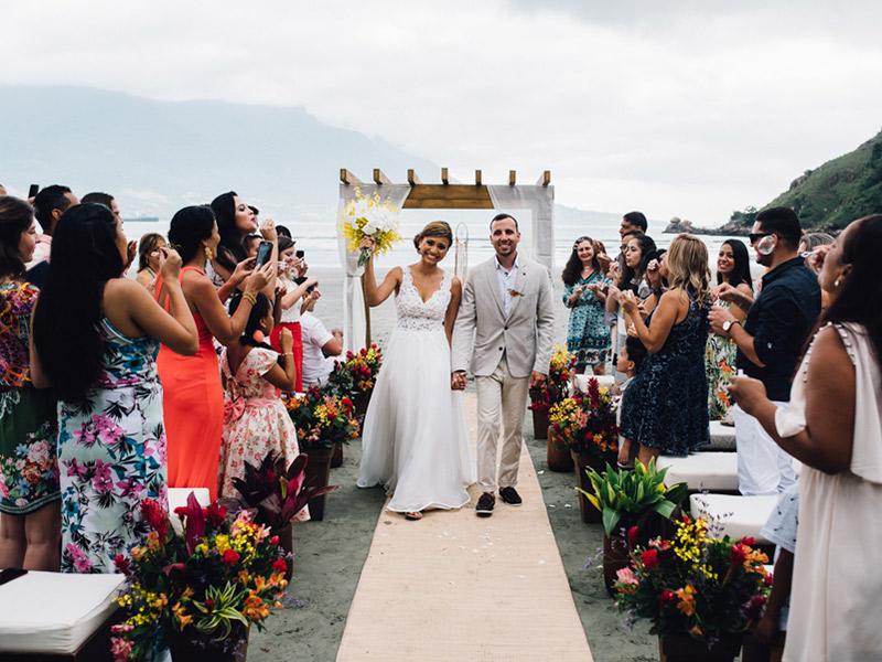 Casamento real saída do altar Bruna e Filipe na praia de São Sebastião