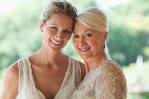 Maquiagem para mãe da noiva mãe e filha posando para foto