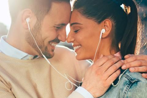 Música para casamento casal ouvindo canções