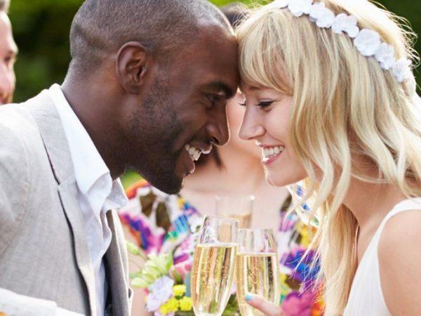 Organização de casamento casal fazendo o primeiro brinde