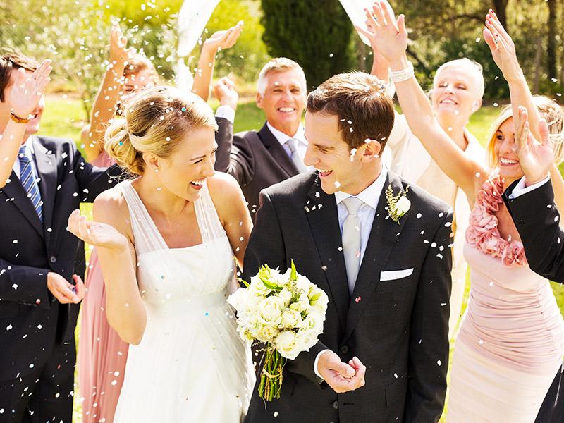 Organização de casamento casal recebendo chuva de confete
