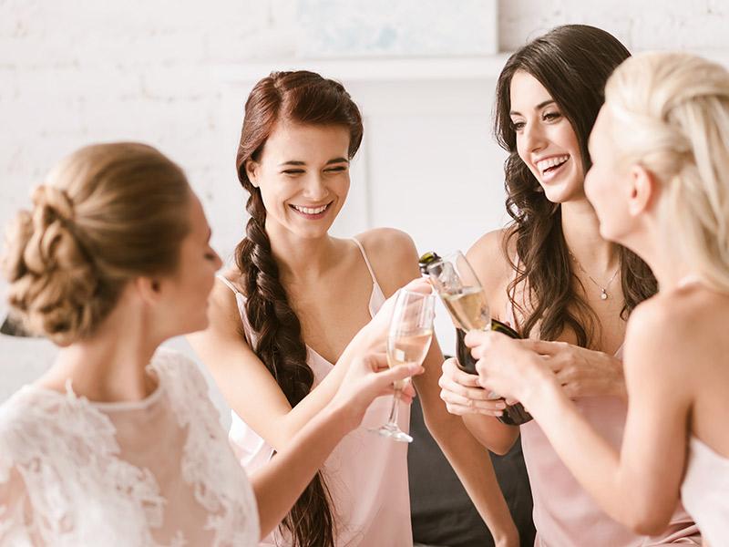 Organização de casamento noiva brindando com as madrinhas