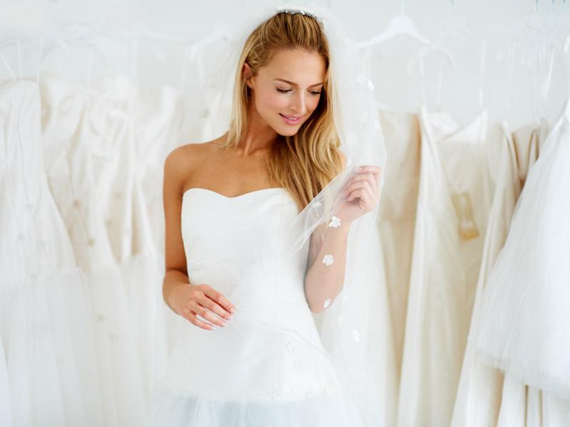 Organização de casamento noiva experimentado vestido