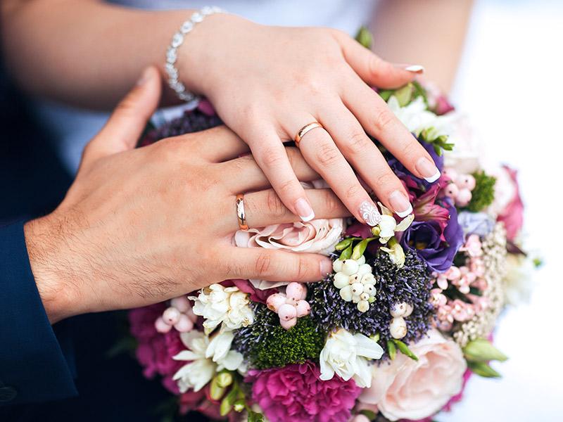 Unha da noiva com francesinha e detalhe de renda em uma só unha