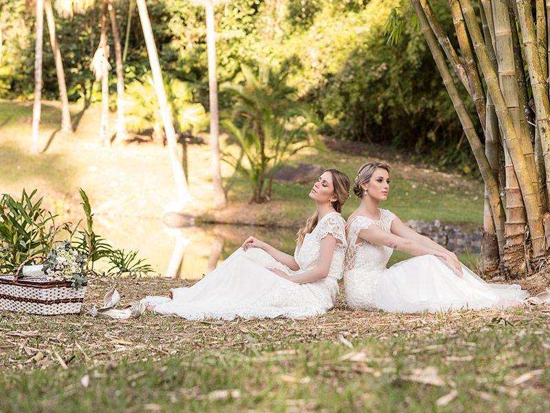 Vestido de noiva 2 modelos com vestidos com manga uma com penteado coque e outra meio preso