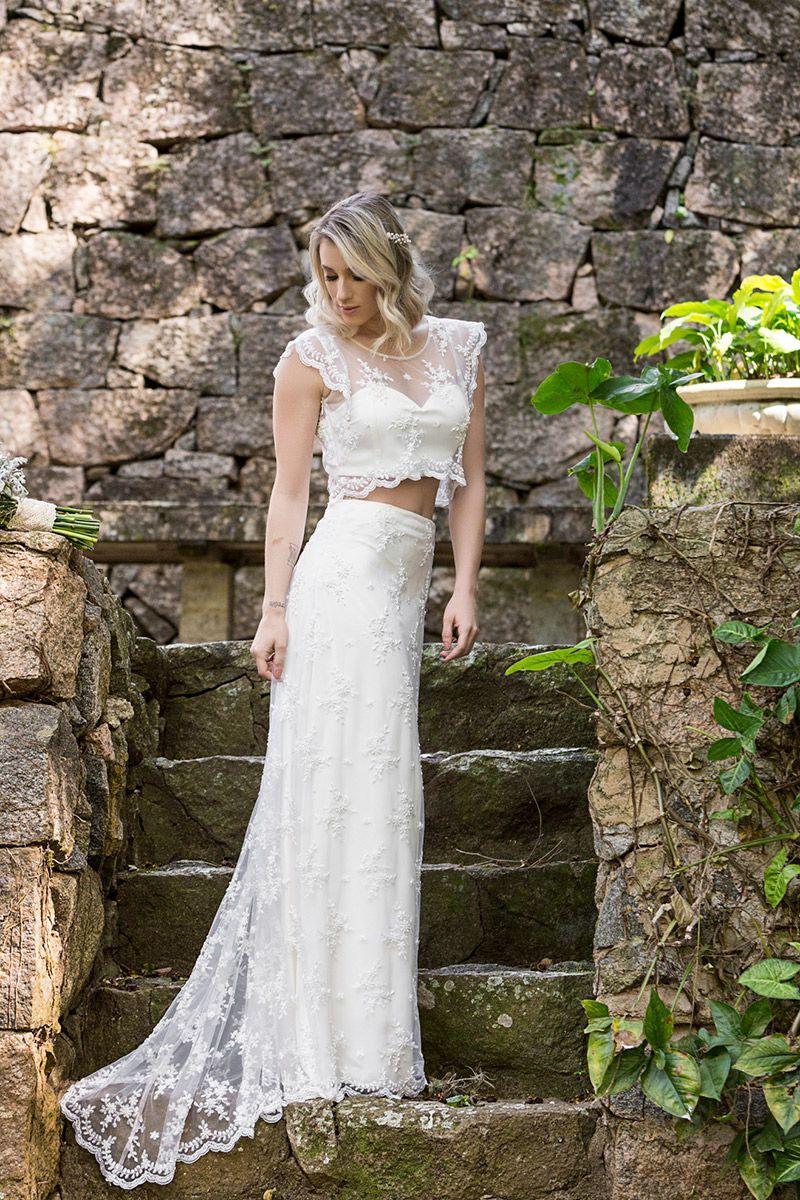 Vestido de noiva com top cropped e transparência da estilista Karen Rodrigues