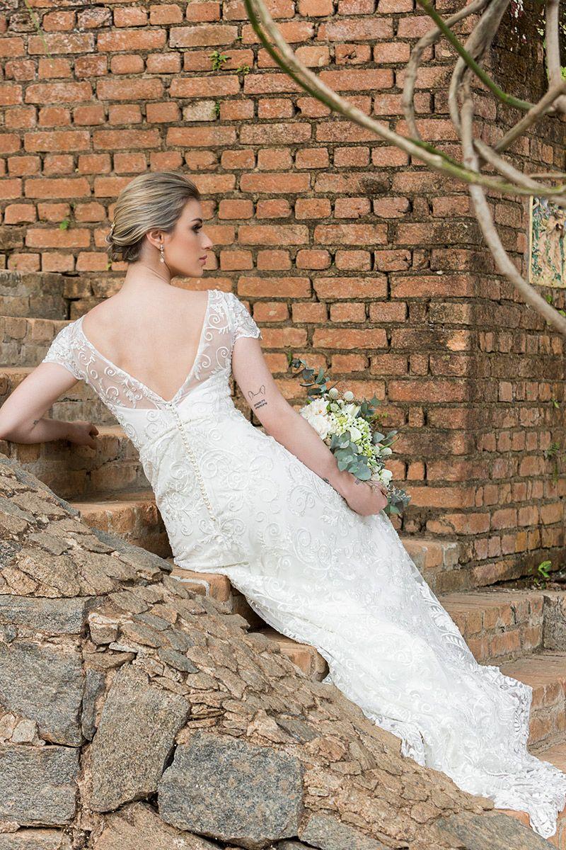 Vestido de noiva modelo de costas mostrando decote v