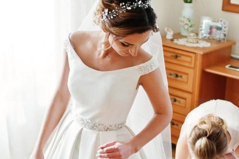 Vestido de noiva usado madrinhas ajudando a vestir