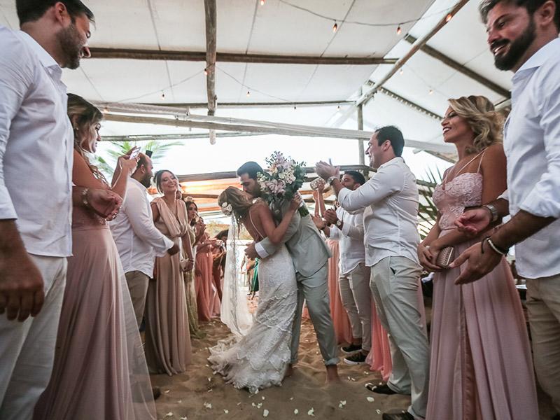 casamento na praia beijo noivos