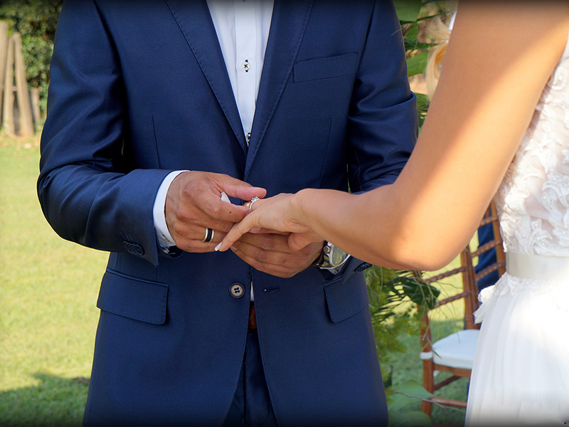 Casamento DIY noiva colocando aliança
