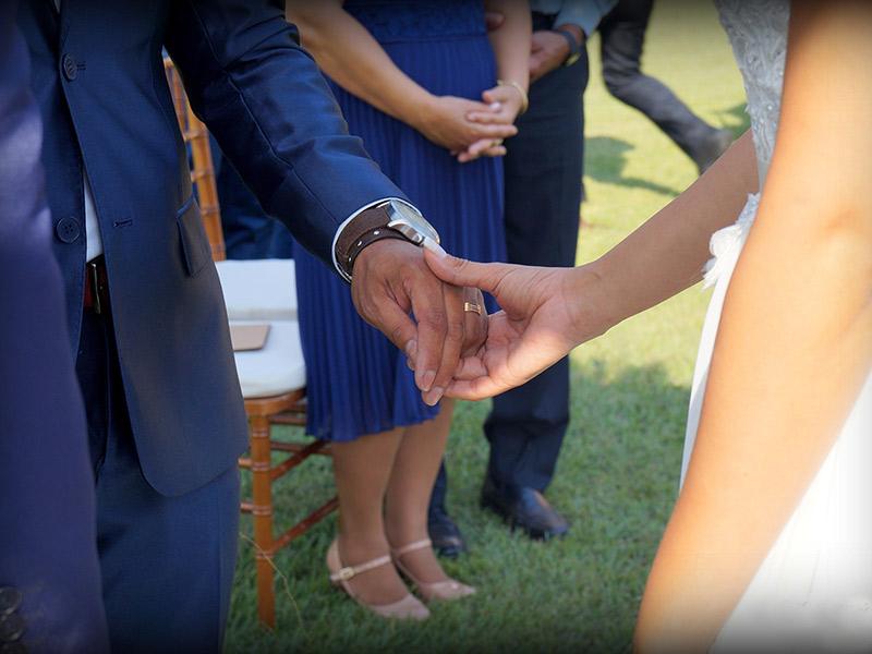 Casamento DIY noivo colocando aliança