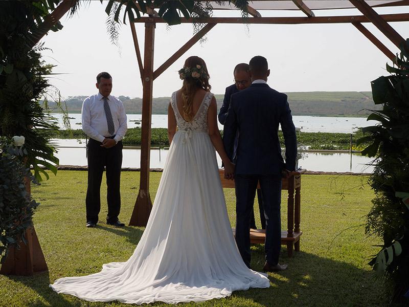 Casamento DIY noivos de costas na cerimônia