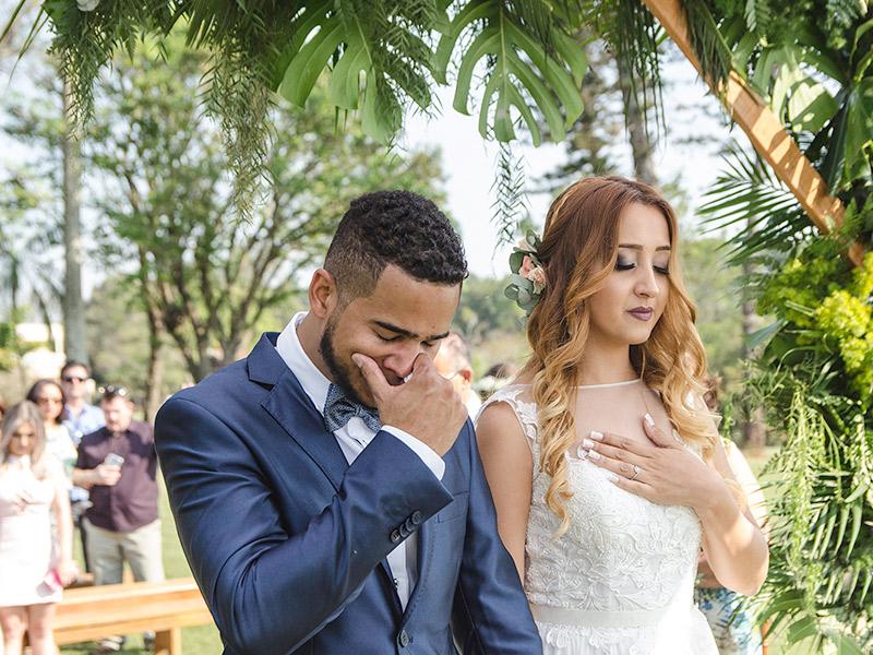 Casamento DIY noivos na cerimônia de olhos fechados