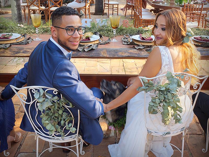 Casamento DIY noivos na mesa da festa
