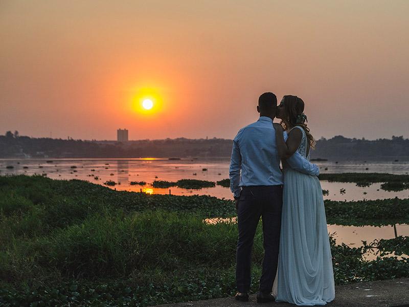 Casamento DIY noivos no pôr-do-sol