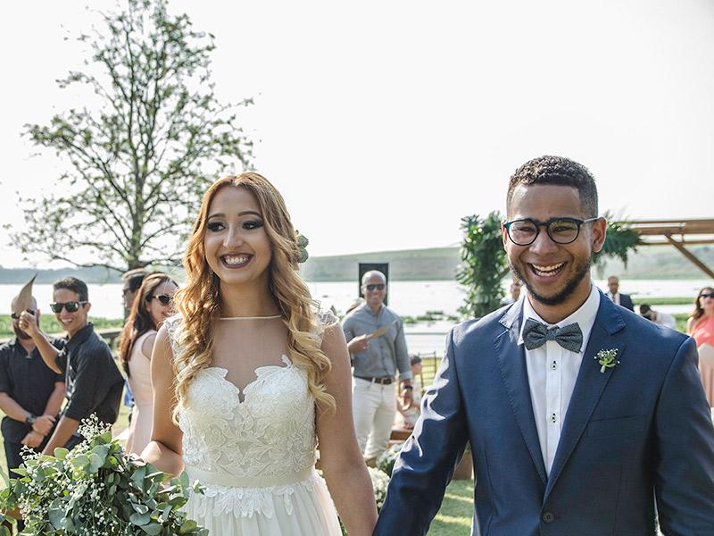 Casamento DIY noivos saindo da cerimônia