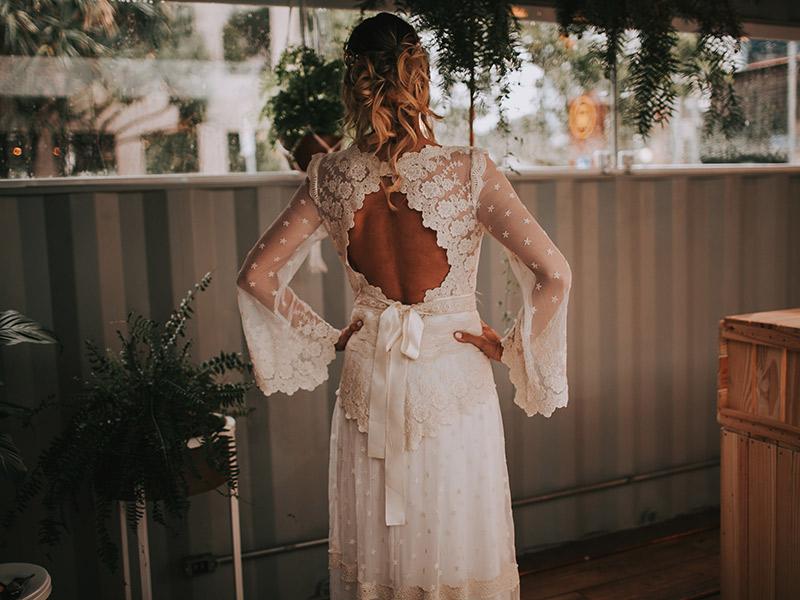 Casamento boho chic noiva de costas com decote nas costas