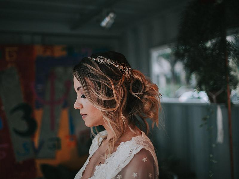 Casamento boho chic noiva de lado mostrando penteado