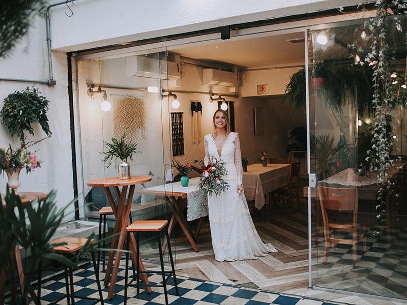 Casamento boho chic noiva indo para altar