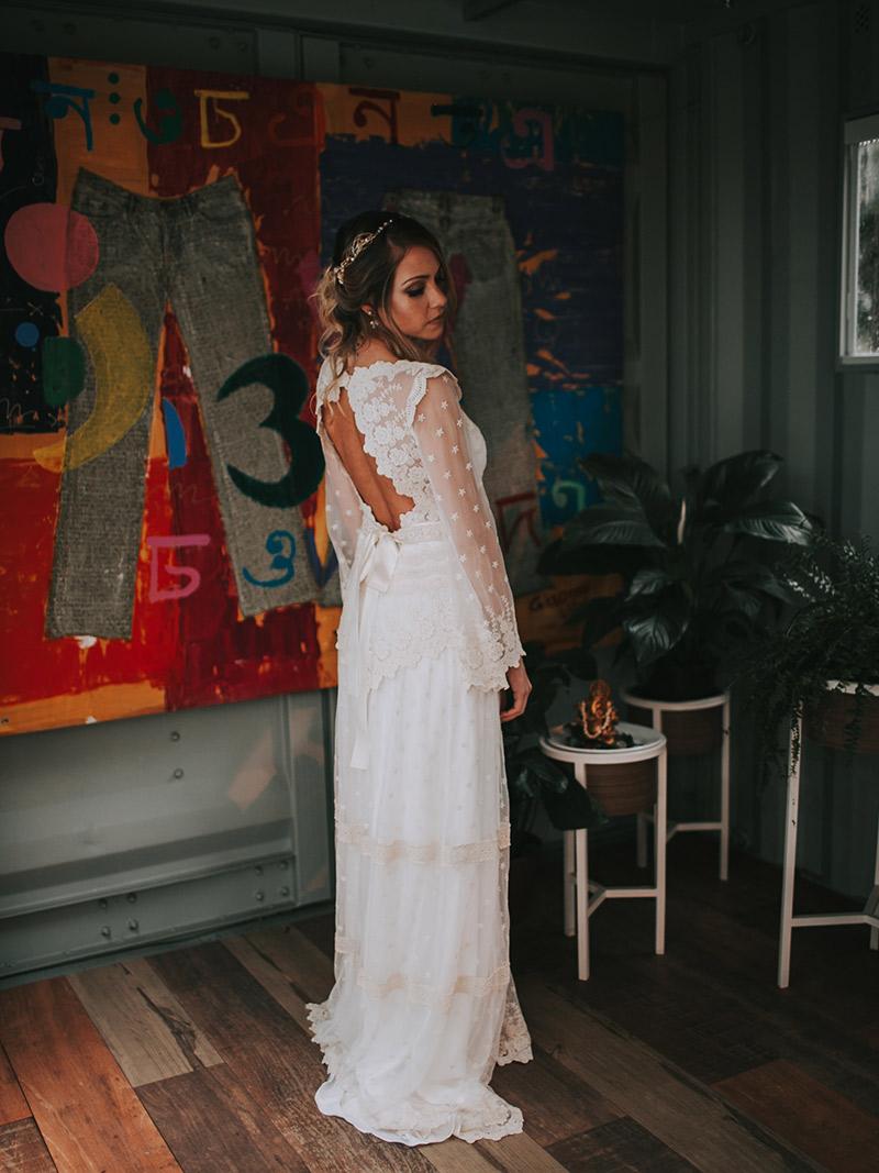 Casamento boho chic noiva mostrando decote nas costas do vestido