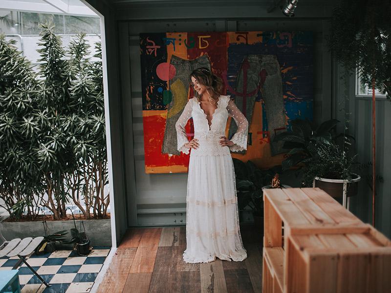 Casamento boho chic noiva mostrando vestido