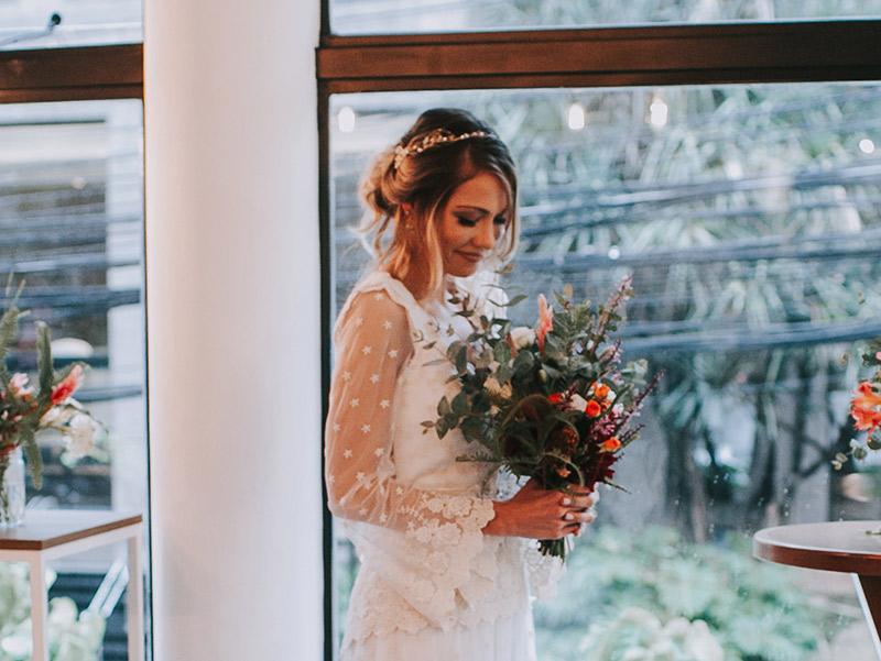 Casamento boho chic noiva segurando buquê
