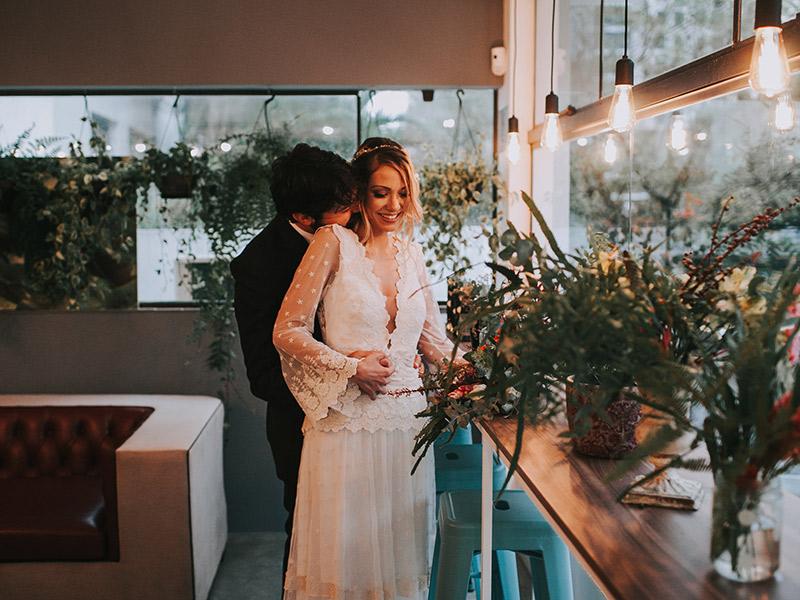 Casamento boho chic noivo abraçando a noiva