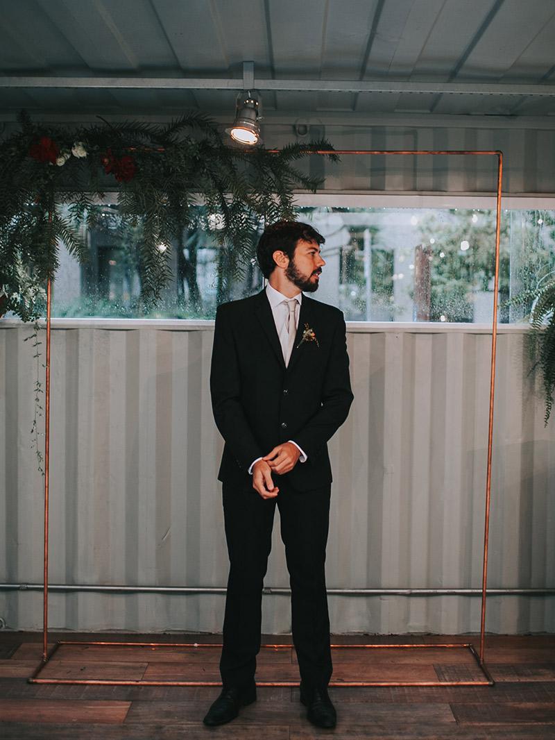Casamento boho chic noivo mostrando traje
